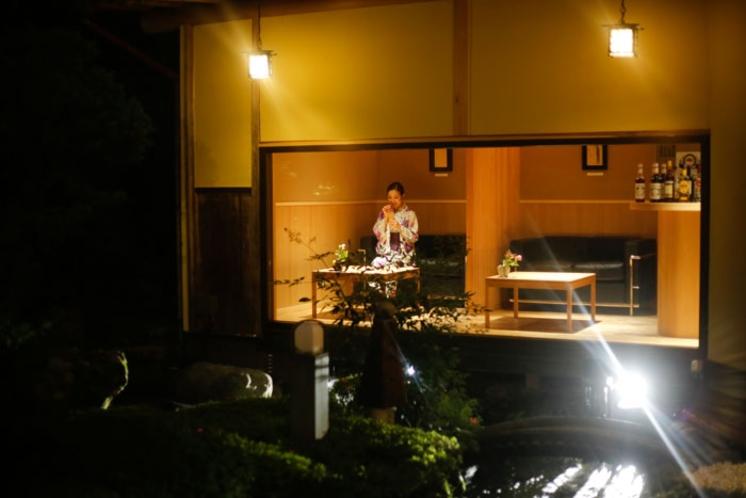 ライトアップされた庭園を眺めながら、おいしいお酒を楽しみませんか?