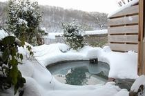 冬の露天風呂風景
