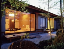 【スイート和室】夜には庭園をライトアップ