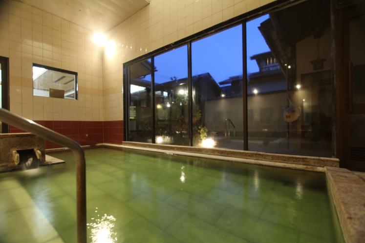 【大浴場】夕暮れと共に露天風呂はライトアップ