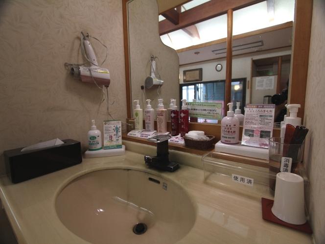 【大浴場】女性の脱衣場には乳液や化粧水などのアメニティーが満載♪
