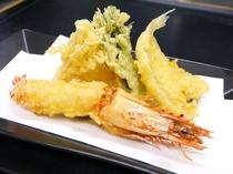 JUMBO海老、キス、イカ、旬野菜の天ぷら盛合せ