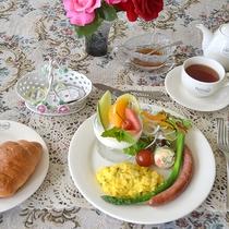*[朝食一例]自家製パンやこだわりのウィンナーが楽しめるモーニングセット