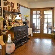 *[玄関ロビー]クラシック家具やお洒落な雑貨の並ぶ館内
