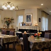 *[ダイニング]クラシック家具が並ぶ素敵な空間で人気のお料理をお楽しみください