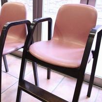 お子様用の椅子もご用意しています♪