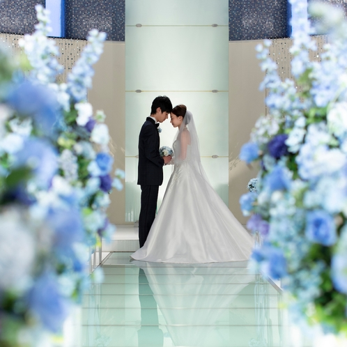 新コーディネートはブルーに囲まれ、幸福に満ちた空間に。ここでふたりの永遠の愛を誓う。