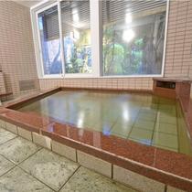 *【男湯1】窓からは庭が見えます。天然温泉で旅の疲れをしっかりいやしてください。