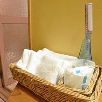 *【女湯4】脱衣所には、フェイスタオル・くし・シャワーキャップなどをご用意しています。