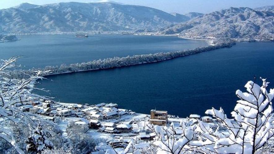 *【雪化粧をまとった天橋立】幻想的な雰囲気が冬の魅力です。