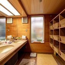 *【大浴場】脱衣所には、フェイスタオル・くし・シャワーキャップなどをご用意しています。