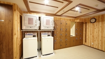 ◆男性脱衣所内洗濯機(無料・洗剤自動投入)・乾燥機(30分100円)