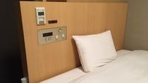 ◆客室ベッドスイッチ(枕元にコンセントあります。携帯充電器はフロントにて貸出)
