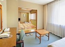 和洋室の洋室スペース。ソファを簡易ベッドにできます。和室スペースと合わせて最大4名様まで