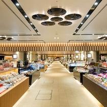 金沢駅でおみやげを買うなら「あんと」へ!加賀・能登の特産品が一堂に揃う金沢随一の名店街です。