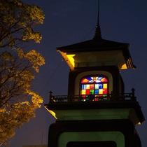 夜の尾山神社。神門のステンドグラスが照明に映えます。