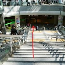 3.エスカレーターや階段で、地下広場までお進みください。
