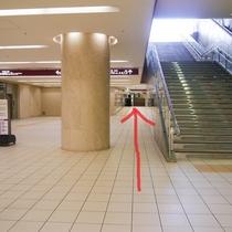 5.階段を右に見ながら、さらに奥へお進みください。