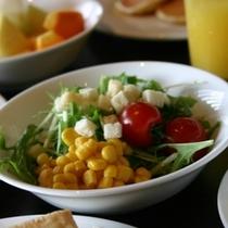 朝食/フレッシュな野菜と果物が並びます