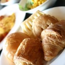 朝食/小ぶりのパンはツイツイ食べ過ぎてしまいます。。。