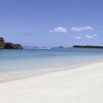 青い海と白い砂浜が広がる沖縄の海
