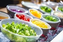 朝食バイキング 新鮮野菜やフルーツ