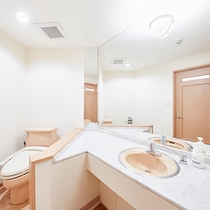 【本館】客室洗面・トイレ:洗面スペースとトイレが連結したタイプです。