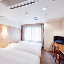 【本館】トリプルルーム:ツインルームにエキストラベッドをご準備した客室です。