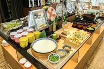 バイキング手作りざる豆腐、魚・ごぼうの天婦羅、うどんをご用意。