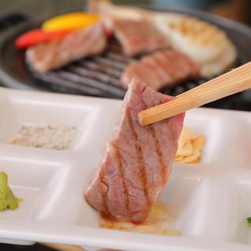 神戸牛ステーキはいろいろな薬味で楽しめる