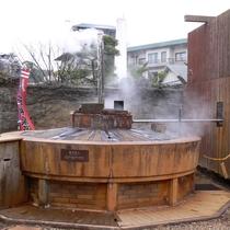●天神泉源 高温の温泉が湧き、常にもうもうと湯気を上げる、有馬のシンボル的な泉源です(徒歩5分)