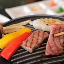 ステーキは鉄板で焼き立てを味わえる