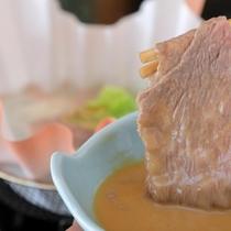 ゴマダレで楽しむ牛しゃぶ。ポン酢も用意可