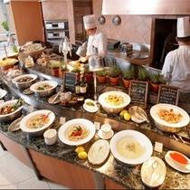 夕食は世界各国のお料理が並ぶ大人気のディナーブッフェをどうぞ!