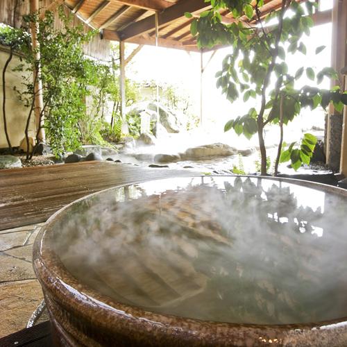 【陶製露天小鳥の湯】湯触りが心地よく、一人にはちょうどいいサイズ。