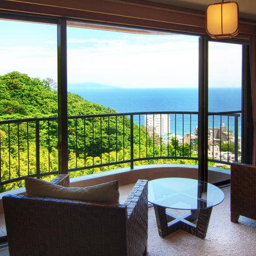 ■客室はオーシャンビュー!窓辺に座ると街並みの先に海を見渡せます。