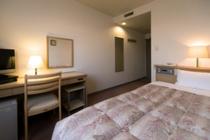 エコノミーシングル(シングルA)の一例。ベッドはサータ社製セミダブルベッド♪