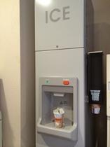 2階エレベーター前には製氷機がございます(無料)