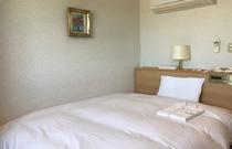 スタンダードシングルの一例。クラウドフィットのダブルサイズベッドに高級羽毛布団を完備。