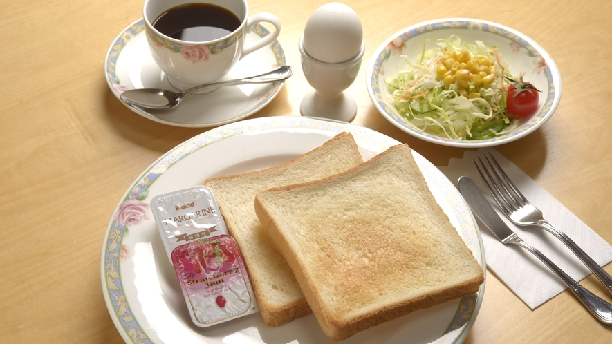 洋食のご朝食の一例。パンとミニサラダ、ゆで卵がセット♪