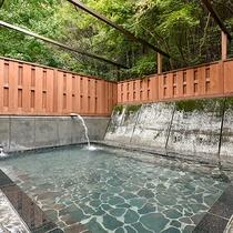 *露天風呂/温泉には美肌効果があるとされています。