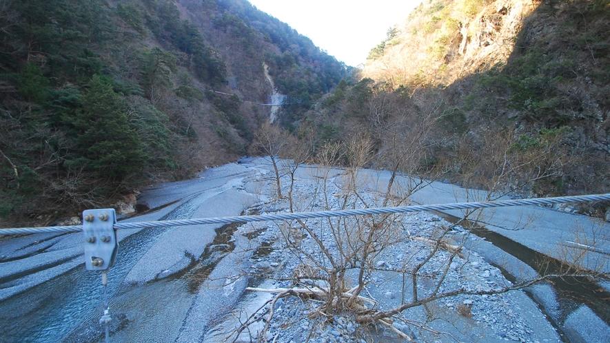 *寸又峡プロムナードコース/橋の上からは見たことのないような地形が。
