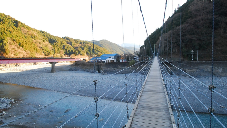 *川根両国つり橋/真横には南アルプスあぷとラインも走ります。