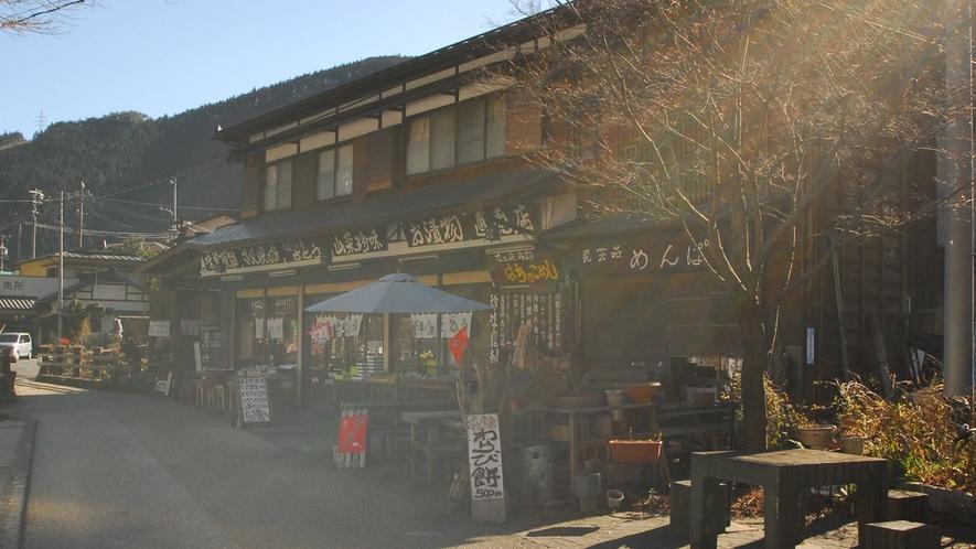 *寸又峡温泉/地元で採れた新鮮な野菜や川根茶等を販売するお店も。