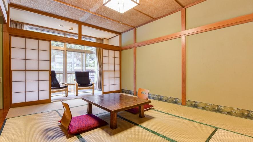 *東館和室/広々とした10畳の和室。ごゆっくりお寛ぎください。