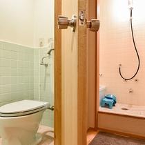 *東館和室/温泉のほかに、部屋にはバスとトイレもございます。