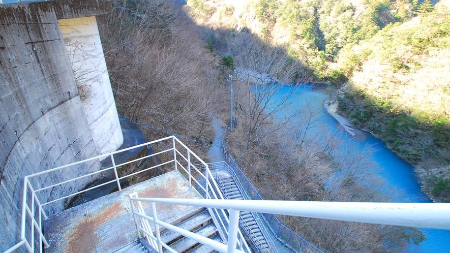 *大間ダム湖/天気で色が変化すると言われる美しい湖。