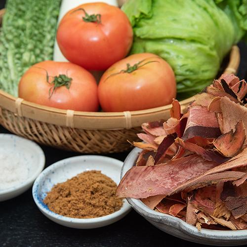 *こだわりの調味料/自然と健康に配慮した、地元沖縄の塩・黒糖・野菜を良質なものを厳選して使用。