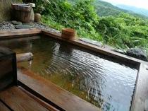 自然も貸し切りの露天風呂