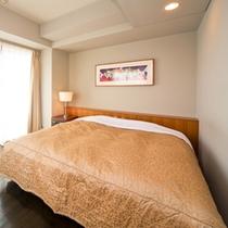 デラックスキングダブルルーム寝室